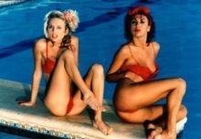 """Im englischen Sex-Magazin """"Electric Blue"""" fand sich auch Sissi Austria (l.), ein deutsches Nackedei-Starlettchen"""